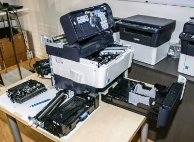 Monochromatyczna drukarka laserowa Kyocera FS-4200DN z wymontowanymi podzespołami; nasz poligon doświadczalny umożliwiający prezentację technologii druku laserowego. Urządzenie to jest typowym przedstawicielem współczesnych biurowych drukarek laserowych formatu A4. Nominalna rozdzielczość druku wynosi 1200 dpi, szybkość druku do 50 stron na minutę. Czas, od momentu otrzymania zadania wydruku do wydrukowania pierwszej strony to ok. 9 sekund, do tego ewentualnie trzeba doliczyć ok. 20 sekund na rozgrzanie drukarki, jeżeli nie była wcześniej używana. Cechą wyróżniającą ten model, jak i pozostałe drukarki laserowe japońskiej firmy Kyocera jest opatentowany bęben z powłoką ceramiczną, co oznacza znacznie wyższą wytrzymałość tego elementu. Producent gwarantuje od 100 000 do 600 000 wydruków (w zależności od modelu; w przypadku FS-4200DN gwarantowana wydajność bębna to 500 000 stron). Dopiero po takiej ilości wydrukowanych stron bęben może wymagać wymiany.