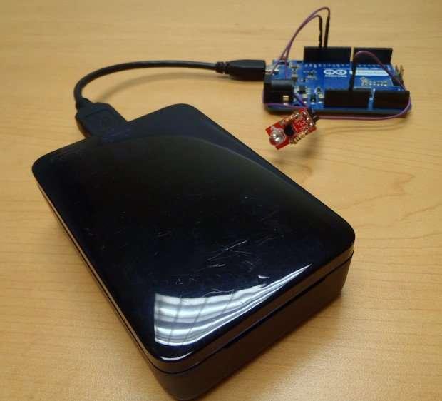 Raspberry Pi (в черном корпусе) + Arduino + инфракрасный светодиод = полный устройство для голосового управления вашим освещением и работами.